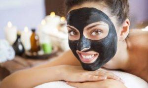 Mulher com máscara de carvão vegetal routine